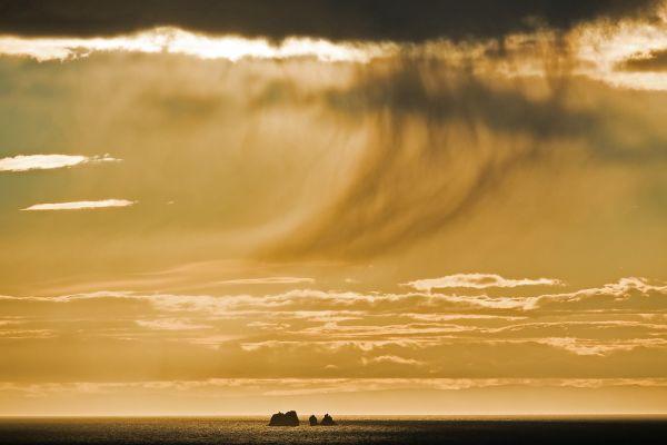 bui-boven-de-westman-eilanden-rain-over-the-westmann-isles-regen-uber-wesrmann-island-20170625-18385120703DD92AEA-B373-1593-579F-5449DD65F67C.jpg