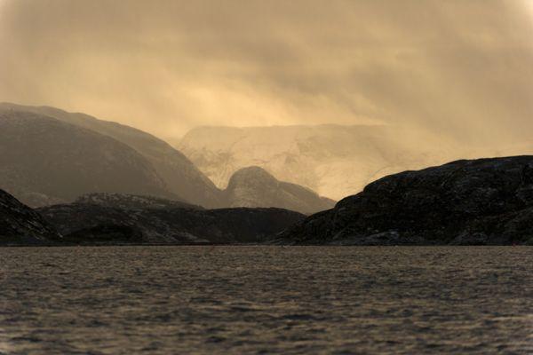 zonsondergang-in-een-fjord-sunset-at-a-fjord-20141219-1239063071FBA7C546-D80E-855A-0E42-D23E2FF9FC81.jpg